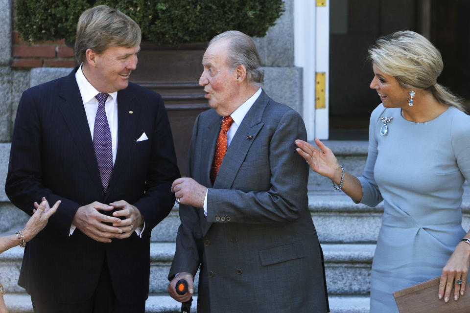 Spain's King Juan Carlos, center, speaks with Netherlands' King Willem-Alexander, left, and his wife Queen Maxima during the welcome ceremony at the Zarzuela Palace in Madrid, Wednesday, Sept. 18, 2013. (AP Photo/Andres Kudacki)