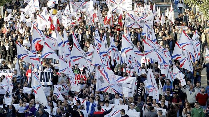 XNM01. Beirut (Lebanon), 28/02/2015.- Assyrian Christians, who had fled the unrest in Syria and Iraq, carry placards and wave Assyrian flags during a gathering in front the UN house in down town Beirut, Lebanon, 28 February 2015. Protesters gathered to demand the release of hundreds of Assyrian Christians abducted recently by Islamic State (IS) group from Syria. Some 280 hostages are believed to be held by IS militants in Assyrian-dominated Khabur village. (Protestas, Líbano, Siria) EFE/EPA/NABIL MOUNZER
