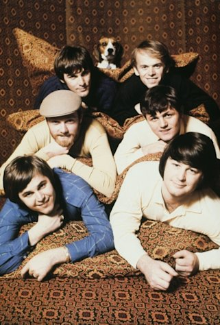 The Beach Boys in 1967: A beagle, with Top: Dennis Wilson, Al Jardine, Middle: Mike Love, Bruce Johnston, Bottom: Carl Wilson, Brian Wilson