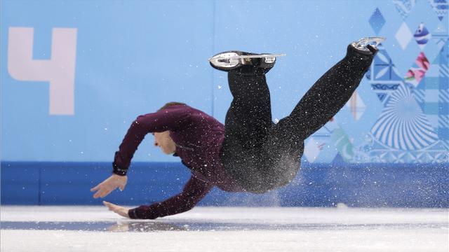 U.S. figure skating champion takes a hard fall