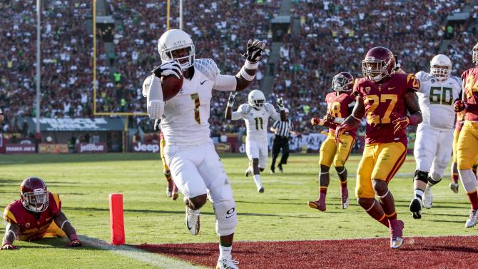 Oregon wide receiver Josh Huff (1) scores a touchdown during the first half of an NCAA college football game against Southern California, Saturday, Nov. 3, 2012, in Los Angeles. (AP Photo/Bret Hartman)