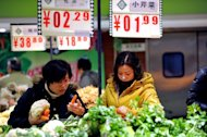 Shoppers buy vegetables at a supermarket in Hefei, east China's Anhui province. The Rome-based FAO's Food Price Index averaged 212 points in 2012, a drop of 7.0 percent owing largely to falls in the prices of sugar, dairy products and oil