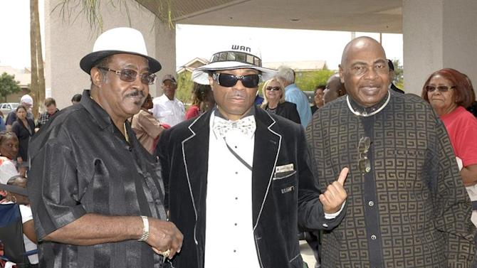 JGM01. Las Vegas (United States), 22/05/2015.- A handout picture made available by the Las Vegas News Bureau (LVBN) shows Blues Hall of Fame inductee Earl 'Good Rockin'' Brown (R) joined by fashion designer Wan Ali (C) and entertainer Murphy Palmer (L) for a final goodbye to blues legend B.B. King at his public viewing in Las Vegas, Nevada, USA, 22 May 2015. King died on 14 May 2015, at the age of 89, at his home in Las Vegas. (Moda, Estados Unidos) EFE/EPA/GLENN PINKERTON/LVNB MANDATORY CREDIT: Las Vegas News Bureau/Glenn Pinkerton via european pressphoto agency HANDOUT EDITORIAL USE ONLY