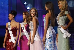 Miss Costa Oriente Migbelis Castellanos, center, competes …