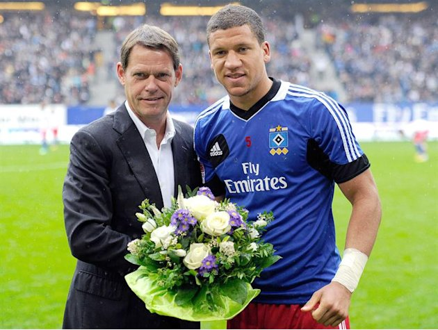 HEI002. Hamburg (Germany), 18/05/2013.- Hamburg's Jeffrey Bruma (R) receives flowers by Hamburg's sports director Frank Arnesen (L) before the German Bundesliga soccer match between SV Hamburg and Bay