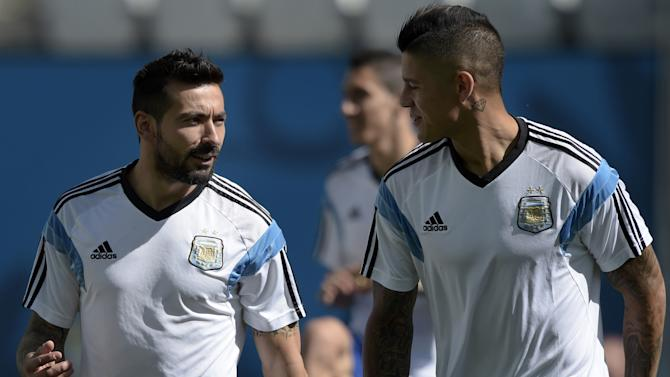 Argentina forward Ezequiel Lavezzi (L) chats with defender Marcos Rojo during a training session at The Corinthians Arena in Sao Paulo on June 30, 2014