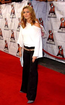 Jessica Biel does a quick Olsen twin impression. MTV Movie Awards - 6/5/2004