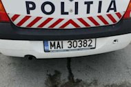 O main a poliiei care circula pe contrasens s-a ciocnit frontal cu un Opel Astra