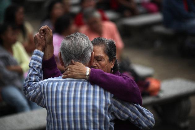 En esta foto del 13 de junio de 2012, una pareja baila en un parque público en la ciudad de Guatemala. Una encuesta difundida el miércoles 19 de diciembre colocó a siete países latinoamericanos entre los 10 más optimistas y felices del mundo (AP Foto/Rodrigo Abd, archivo)