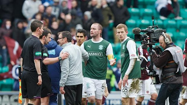 Pat Fenlon, centre left, quizzes the officials following Hibernian's draw with Hearts