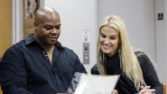 Former Chisox star Frank Thomas tours Hall of Fame