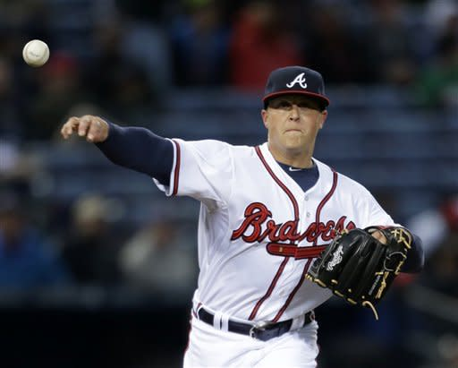 Lee blanks Braves to give Phillies 1st win