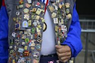 La chaqueta de un asistente a los Juegos Olmpicos de Londres-2012, cubierta de pines, en una fotografa tomada el pasado 1 de agosto en la capital britnica. (AFP | Fabrice Coffrini)