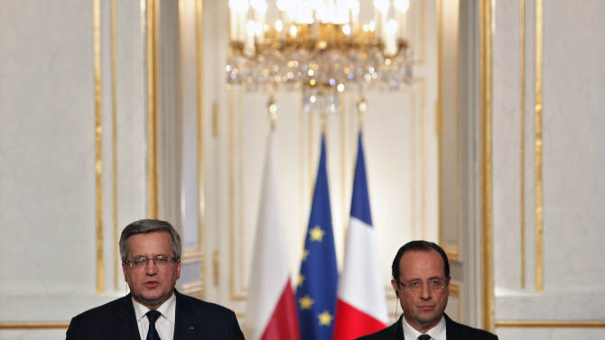 French President Francois Hollande, right, and his Polish counterpart Bronislaw Komorowski, give a press conference after a meeting, at the Elysee Palace, in Paris, Tuesday, May 7, 2013. (AP Photo/Thibault Camus)