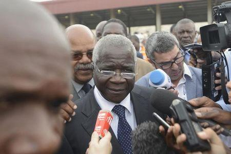 Dhlakama speaks to the media after voting in Maputo