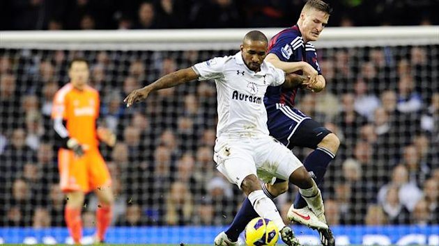 Tottenham Hotspur's English striker Jermain Defoe (L) vies with Stoke City's German defender Robert Huth (R) during the English Premier League football match between Tottenham Hotspur and Stoke City at White Hart Lane on Dec 22, 2012 (AFP)
