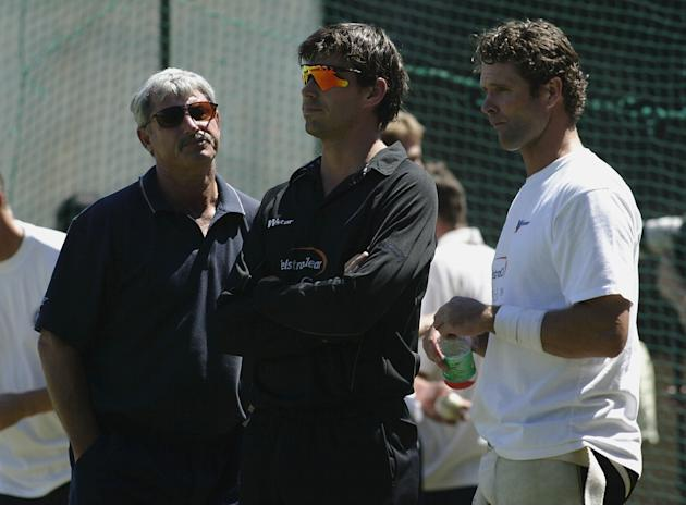 Stephen Fleming (centre) and Chris Cairns (R) of New Zealand