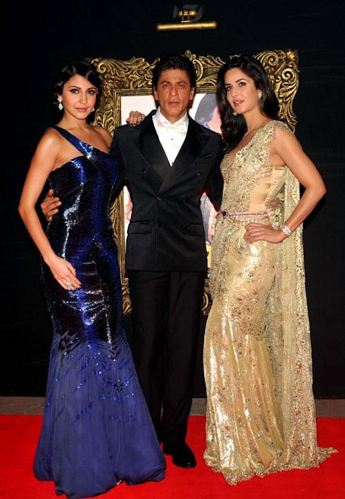 (L-R) Indian Bollywood film actors Anushka Sharma, Shahrukh Khan and Katrina Kaif pose on the red carpet at the premiere of the Hindi film 'Jab Tak Hai Jaan' in Mumbai on November 12, 2012.   AFP PHOT