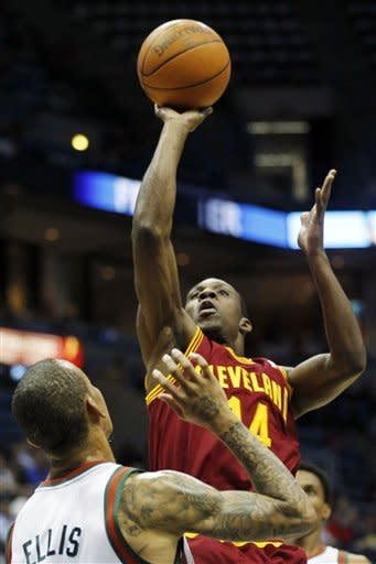 Ellis scores 30 points, Bucks fend off Cavaliers