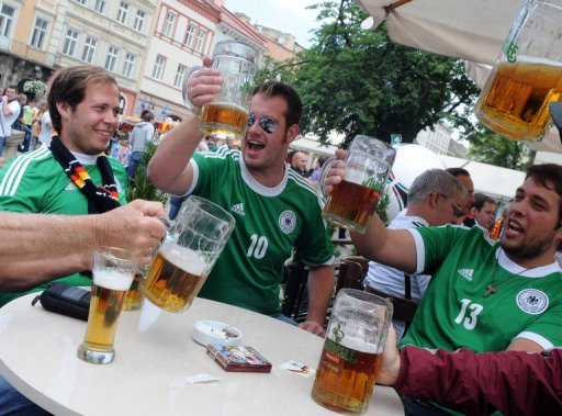 Tausende deutsche Fans haben zum EM-Auftaktspiel des DFB-Teams am Abend gegen Portugal die westukrainische Stadt Lwiw friedlich in Besitz genommen. &quot;Alle sind in Feierlaune&quot;, besttigte der Sprecher der mitgereisten deutschen Polizisten
