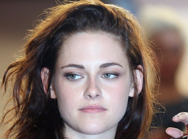 Kristen Stewart apologises for affair with director