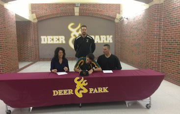 Josh Pettitte signs for Baylor with his parents by his side &#x002014; Twitter