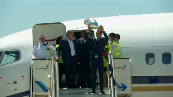 Fans celebrate arrival of team Portugal and Euro trophy | Watch the video - Yahoo Finance