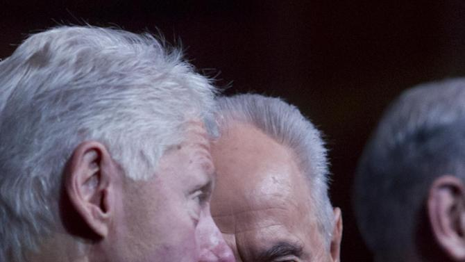 Israeli President Shimon Peres chats with former US President Bill Clinton during Peres' 90th birthday gala in Jerusalem, Tuesday June 18 2013. (AP Photo/ Jim Hollander, pool)
