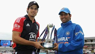 Cook and Dhoni pose with the Natwest Trophy.