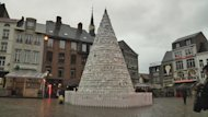 Belgio, a Hasselt un albero di Natale interamente fatto di stoviglie