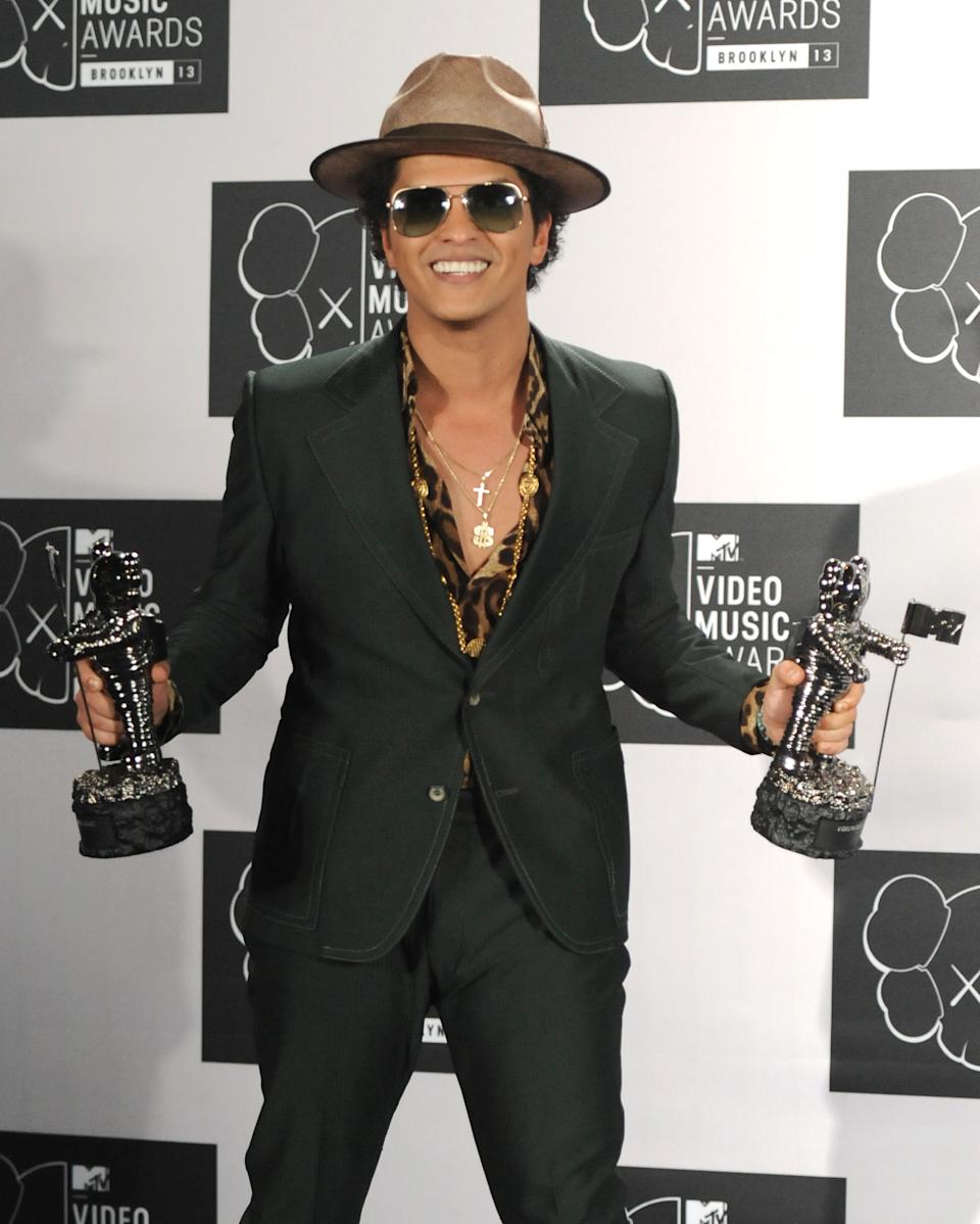 "Bruno Mars poses backstage with the award for Best Male Video for ""Locked Out of Heaven"" at the MTV Video Music Awards on Sunday, Aug. 25, 2013, at the Barclays Center in the Brooklyn borough of New York. (Photo by Evan Agostini/Invision/AP)"