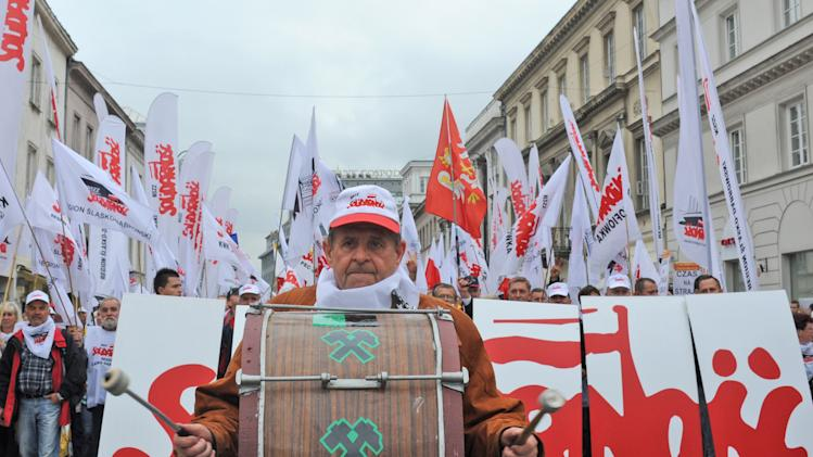 100,000 Poles in anti-govt march, threaten strike