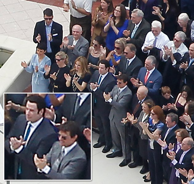 John Travolta (l.) und Tom Cruise (l.) applaudieren bei der Eröffnung in Clearwater (Bild: Action Press)