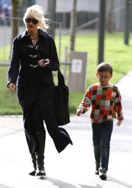 Sometimes Kingston Rossdale, the 6-year-old son of Gwen Stefani and Gavin Rossdale, gets it right with his punk-y skinny jeans and bright colors and fresh sneakers. But this sweater and glasses combin