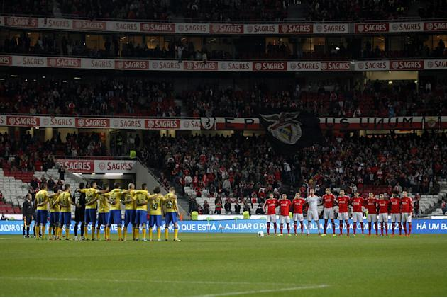 Benfica, right, and Arouca's players observe a minute of silence in honour of former South African President Nelson Mandela prior a Portuguese league soccer match between Benfica and Arouca at Ben