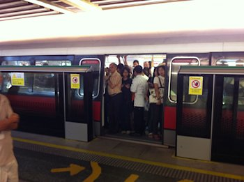 Train commuters stuck at Commonwealth MRT. (Yahoo! photo)
