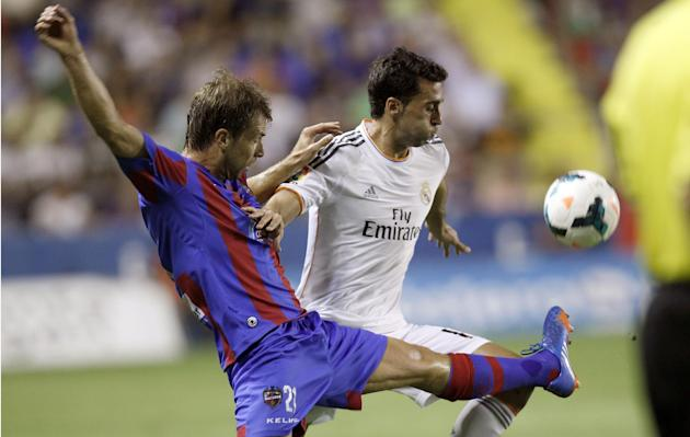Real Madrid's Alvaro Arbeloa, right, duels for the ball with Levante's Andreas Ivanschitz from Austria during their La Liga soccer match at the Ciutat de Valecia stadium in Valencia, Spain, Saturday,