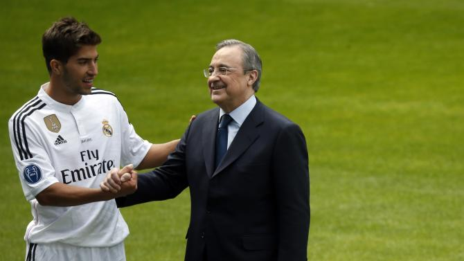 Real Madrid's new player Silva shakes hands with Real Madrid's President Perez as they pose for photographers during his presentation ceremony at Santiago Bernabeu stadium in Madrid
