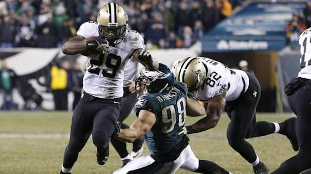 New Orleans Saints running back Khiry Robinson (29) runs with the ball past Philadelphia Eagles outside linebacker Connor Barwin (98) (Reuters)