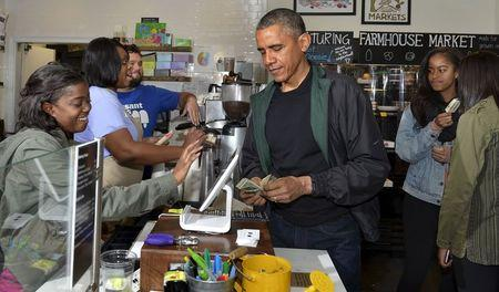 Obama and daughters purchase prose and ice pops on Small Business Saturday
