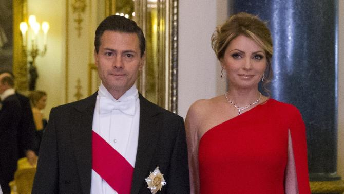 Mexico's President Enrique Pena Nieto poses for a photograph with his wife Angelica Rivera before a state banquet at Buckingham Palace in London
