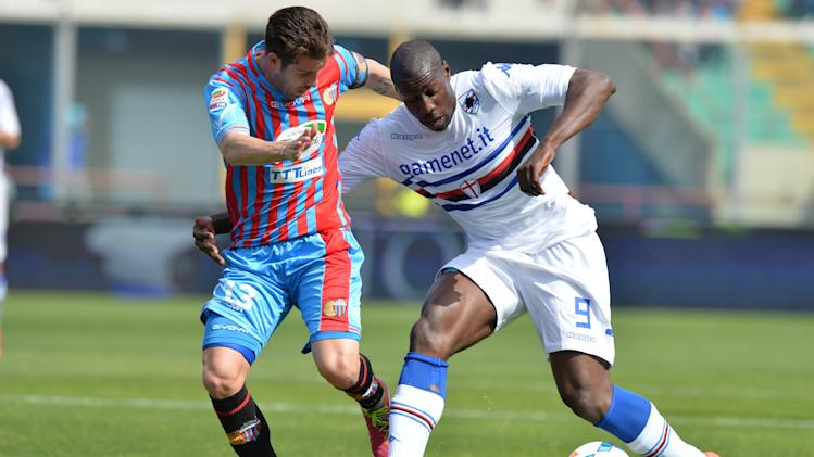 Catania midfielder Mariano Izco, left, of Argentina, vies for the ball with Sampdoria forward Stefano Okaka during their Serie A soccer match at the Angelo Massimino stadium in Catania, Italy, Saturday, April 19, 2014. (AP Photo/Carmelo Imbesi)