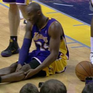 Kobe goes down with knee injury