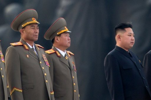 Nordkoreas Armeechef Ri Yong Ho (l.) ist berraschend all seiner Aufgaben entbunden worden. Offiziell wird gesundheitliche Grnde als Ursache genannt, Experten vermuten aber Machtkmpfe innerhalb der nordkoreanischen Fhrung. In den vergangenen Monaten wurde Ri immer wieder an der Seite von Machthaber Kim Jong Un (r.) gesehen, etwa bei Besuchen der Streitkrfte