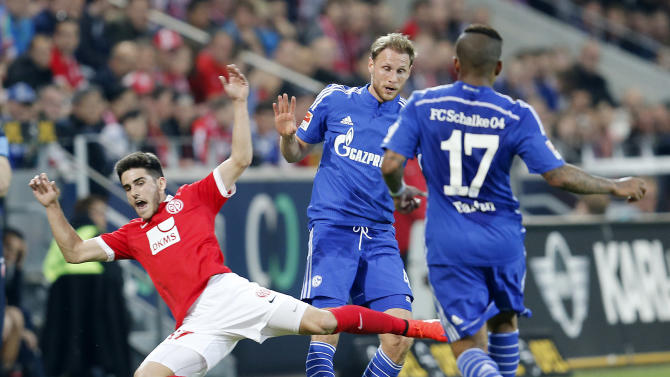 Mainz's Jairo from Spain, and Schalke's Benedikt Hoewedes, center. and Schalke's Jefferson Farfan from Peru challenge for the ball during a German Bundesliga soccer match between 1. FSV Mainz 05 and FC Schalke 04 in Mainz, Germany, Friday, April 24, 2015. (AP Photo/Michael Probst)