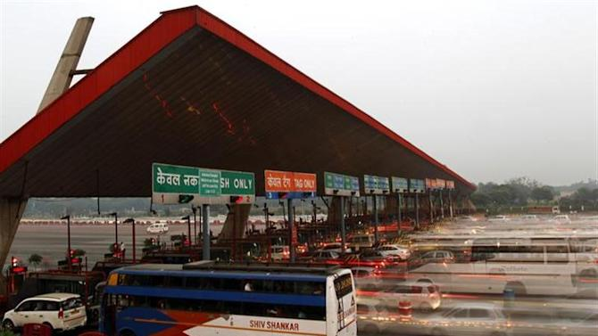Vehicles pass through a toll plaza in Gurgaon on the outskirts of New Delhi November 4, 2013. REUTERS/Anindito Mukherjee