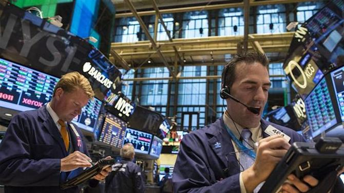 Traders work on the floor of the New York Stock Exchange, October 30, 2013. REUTERS/Brendan McDermid
