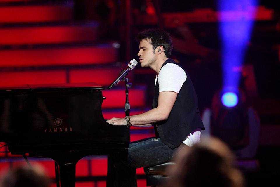 "Kris Allen performs ""Ain't No Sunshine"" by Bill Withers (Contestant's Favorite) on ""American Idol."""