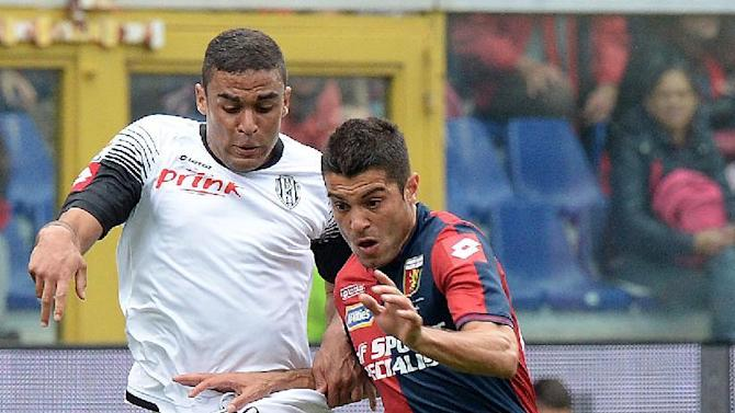 Genoa's Iago Falque, right, is challenged by Cesena's Andre Gregoire Defrel during a Serie A soccer match at Genoa's Luigi Ferraris Stadium, Italy, Sunday, April 26, 2015. (AP Photo/Tano Pecoraro)