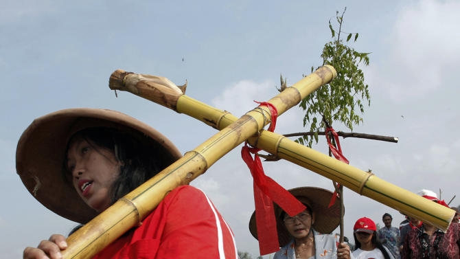 An Indonesian Christian devotee carries a bamboo cross as he walks with others during a Good Friday procession to reenact Jesus path to crucifixion in Klaten, Central Java, Indonesia, Friday, March 29, 2013. Christians all over the world are marking Good Friday, the day when Christ was crucified. (AP Photo/A.K. Hendratmo)